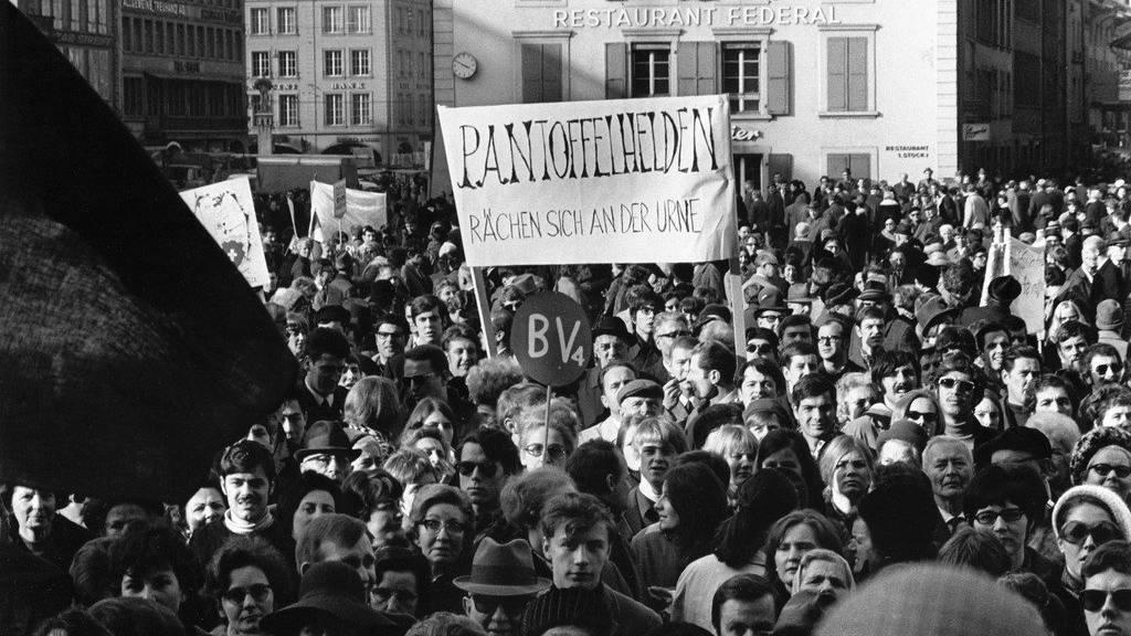 Frauen demonstrieren auf dem Bundesplatz in Bern für ihre Rechte (1969).