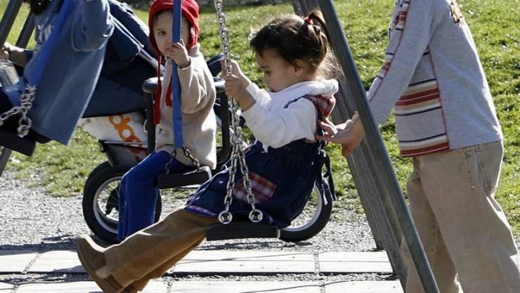 Kinder spielen auf einem Spielplatz (Symbolbild)