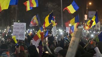 Trotz frostiger Temperaturen demonstrieren tausende Rumäninnen und Rumänen gegen ihre Regierung.