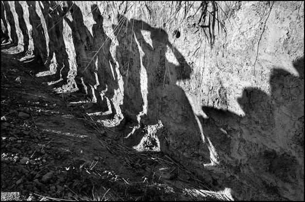 Nur als Schatten aber eindringlich: Susan Meiselas, Soldaten durchsuchen Busreisende am Northern Highway, El Salvador, 1980.