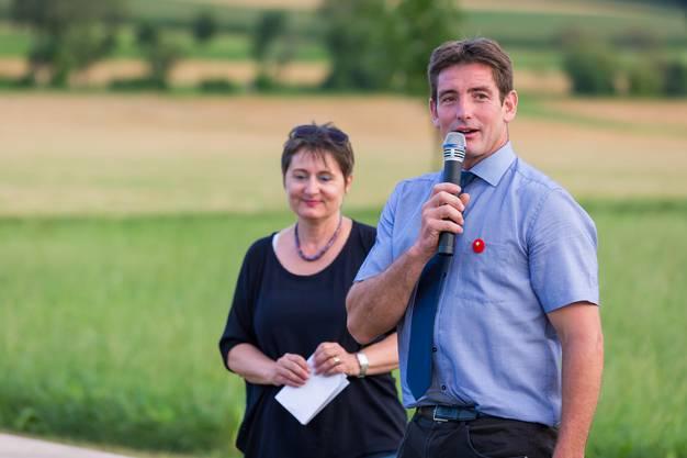 Gemeindeammann Peter Lüscher stellt Roth den Anwesen vor.