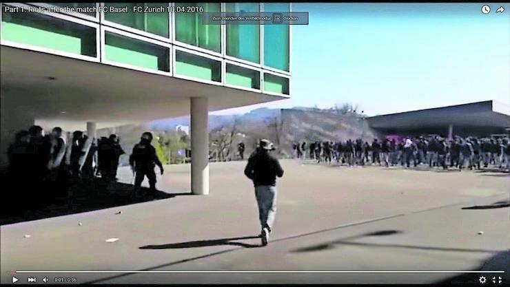 Von den Ausschreitungen auf der Eventplattform hinter dem Joggeli machten hinterher zahlreiche Videos die Runde. (Screenshot: Youtube-Video)