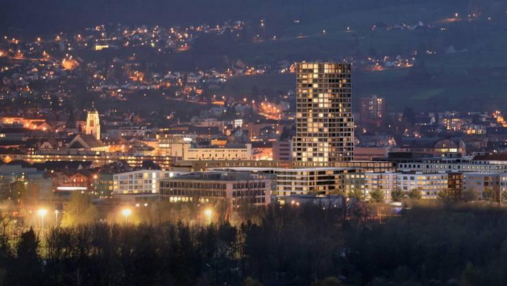 Blick von Geroldswil auf den Limmattower bei Nacht: Die Gemeinde setzt zukünftig auf energie-effiziente Strassenbeleuchtung. (Archiv)