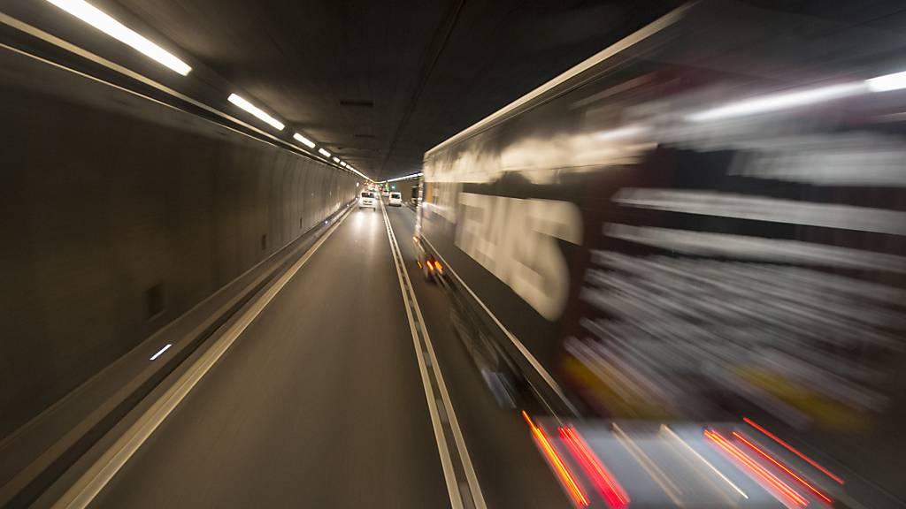 Wer durch den Gotthardstrassentunnel fahren wollte, musste sich in Geduld üben. (Archivbild)