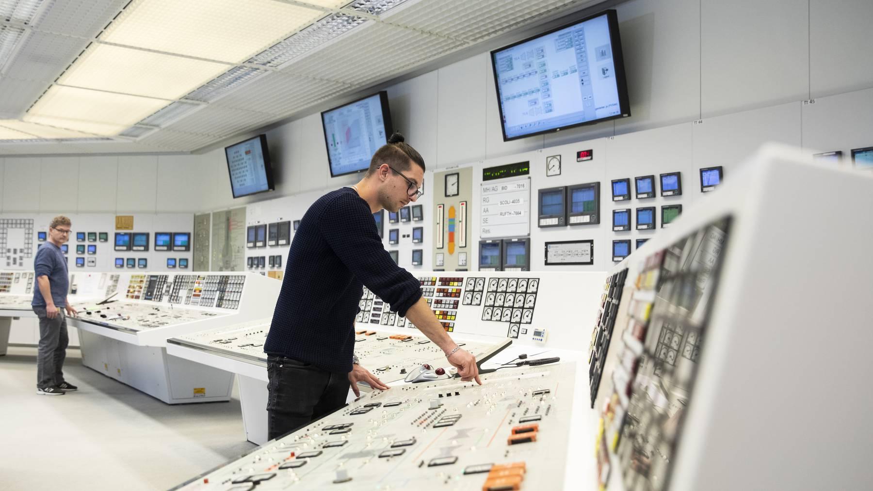 Per Knopfdruck nimmt ein Mitarbeiter einer der beiden Turbinen zur Stromproduktion vom Netz.