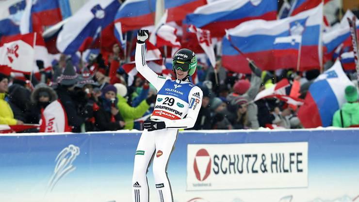 Peter Prevc jubelt nach dem Rekordsprung vor seinen Anhängern aus Slowenien