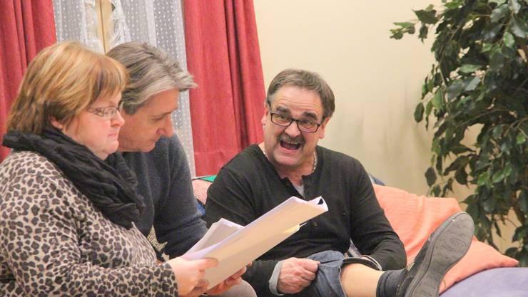 Alfred soll sich die Beinhaare entfernen lassen: Proben zum Stück «Rouetuusch» der Theatergruppe Tangram. wpo