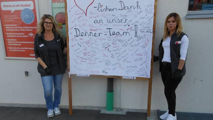 Das Transparent umrahmt von Anja und Arietta stellvertretend für das ganze Denner-Team (zur Zeit keine Gruppenfotos erwünscht)