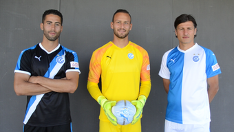 Nassim Ben Khalifa (links) präsentiert das neue Auswärtstrikot, Mirko Salvi (Mitte) das neue Goalietrikot und Veroljub Salatic trägt das neue Heim-Trikot.