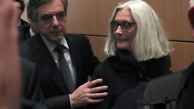 Dem einstigen französischen Präsidentschaftskandidaten François Fillon, seiner Frau Penelope (M) sowie einem früheren Mitarbeiter drohen jeweils zehn Jahre Haft und hohe Geldstrafen.
