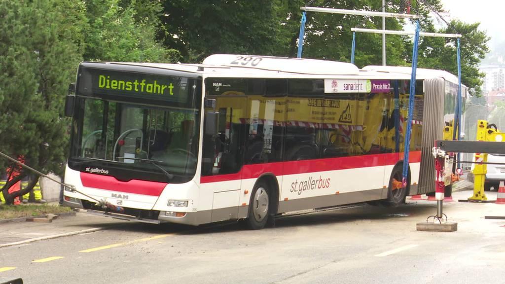 Wasserrohrbruch: Bus kracht in St.Galler Strasse ein