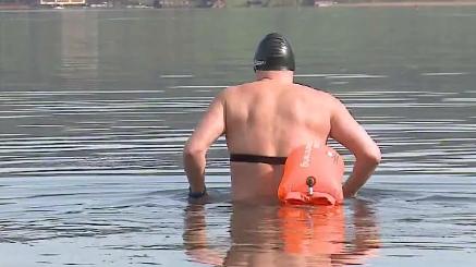 Extremschwimmer Jürg Ammann schimmt 1,7 Kilometer durch den eiskalten Hallwilersee