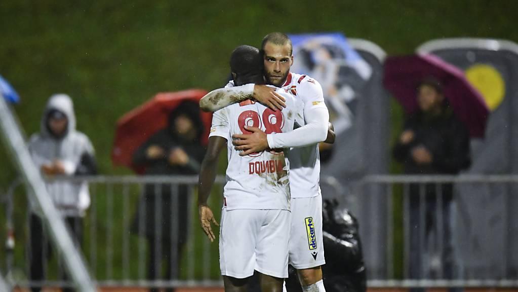 Pajtim Kasami und Seydou Doumbia freuen sich über den Sieg beim FC Linth