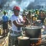 Essen für Wählerinnen und Wähler: Frauen rühren bei einer Veranstaltung der regierenden Zanu-PF-Partei in Harare in Töpfen.