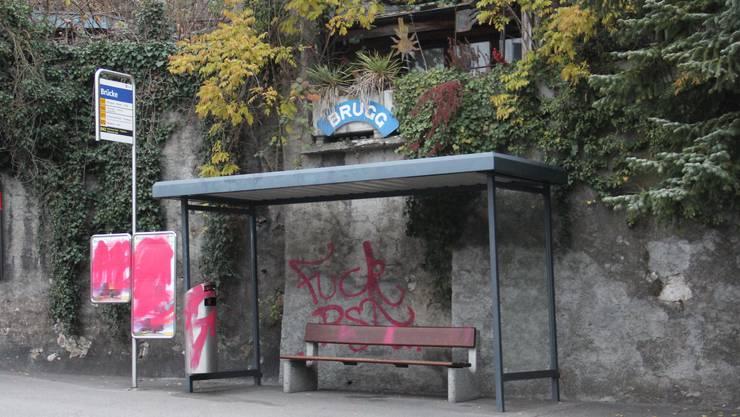 """Die Bushaltestelle """"Brugg Brücke"""" wurde mit roter Farbe verschmiert."""