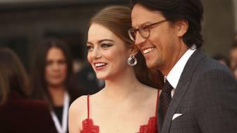 """Der neue Bond-Regisseur heisst Cary Joji Fukunaga: Der Amerikaner - hier mit Schauspielerin Emma Stone an der Premiere der Netflix-Serie """"Maniac"""" vom 13. September - übernimmt den Job von Oscar-Preisträger Danny Boyles."""