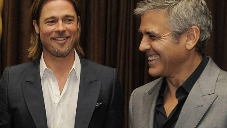 George Clooney (54,r) ist nur zwei Jahre älter als Brad Pitt (l). Dass er viel älter aussieht, hat ihn früher gestört, jetzt aber nicht mehr (archiv).