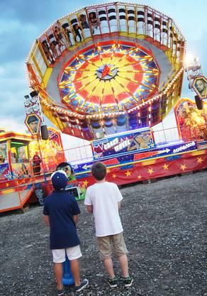 Da staunen Luca und Loris beim «Crazzy Wheel»