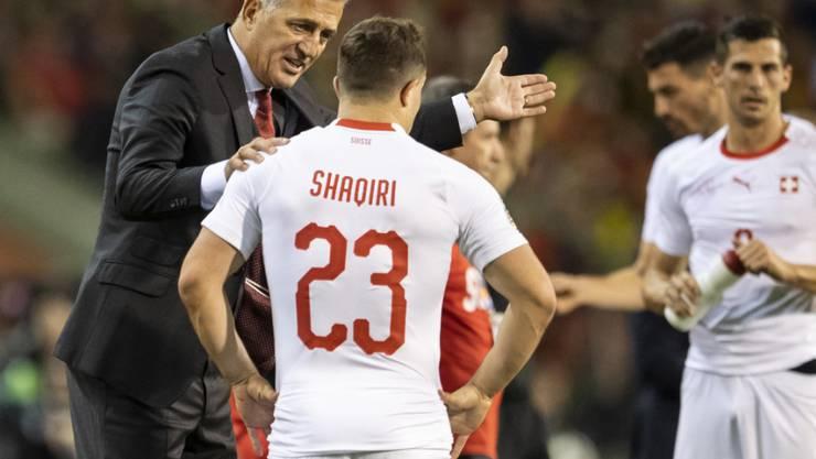 Nationaltrainer Vladimir Petkovic im Gespräch mit Spielmacher Xherdan Shaqiri