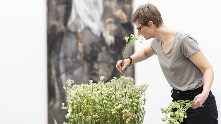 """Die Floristin arbeitet in der """"Floralen Werkstatt"""" in Appenzell. Ihr Werk ist an das Gemälde """"Der Friedensapostel Max Daetwyler"""" (1974), von Varlin (Willy Guggenheim) angelehnt."""