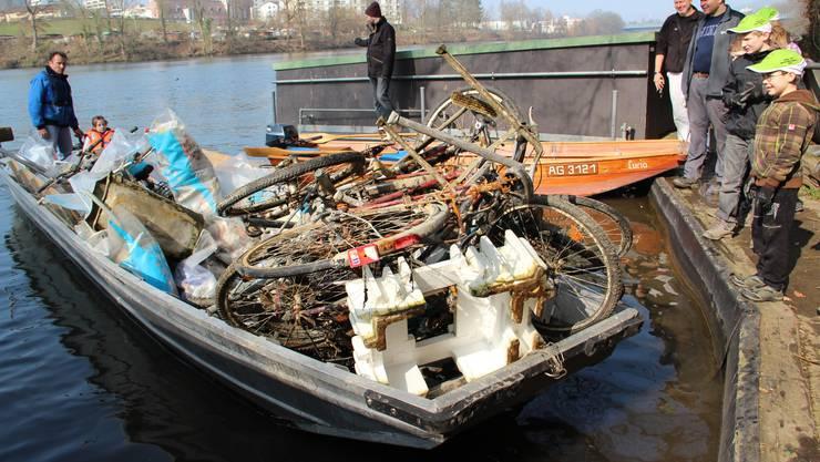 Das Boot aus Killwangen vollbeladen mit Abfall trifft ein