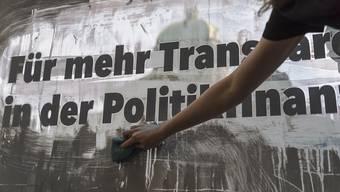 Die Transparenz-Initiative will die Geldflüsse in der Politikfinanzierung offenlegen. Die Staatspolitische Kommission des Ständerats hält mit einer Gesetzesänderung dagegen. (Archivbild)