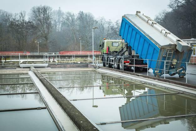 Der letzte Container mit Klärschlammgranulat wird abtransportiert.