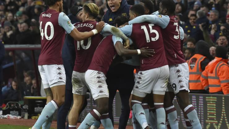 Aston Villas Trezeguet wird von seinen Teamkollegen umringt: In der 93. Minute schoss der Ägypter das entscheidende 2:1