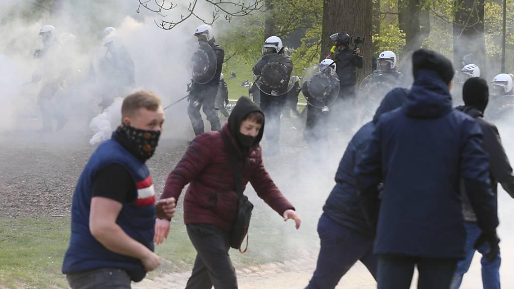 Polizisten stoßen mit Demonstranten im Brüsseler Stadtpark Bois de la Cambre zusammen. Foto: Nicolas Maeterlinck/BELGA/dpa