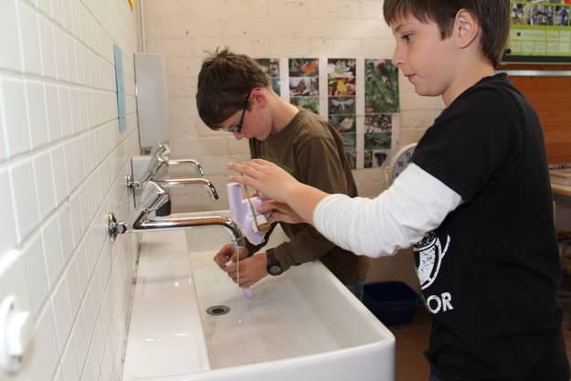 Yanick, links, und Kilian haben das Tuc Tuc bereits fertig, machen es fürs Wassern klar
