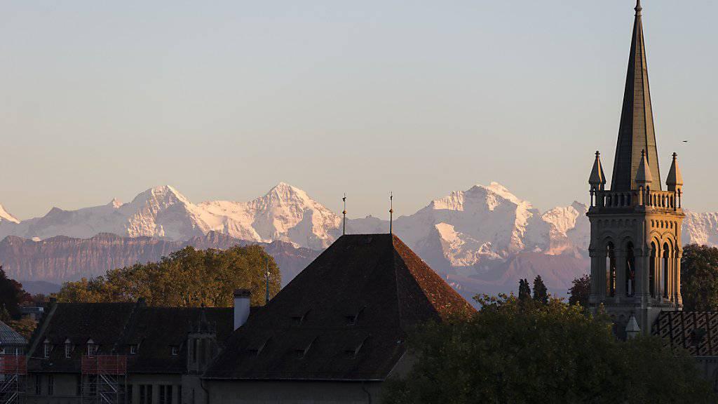 Kirche und Staat rücken im Kanton Bern etwas weiter auseinander und entflechten ihr traditionell enge Verhältnis.