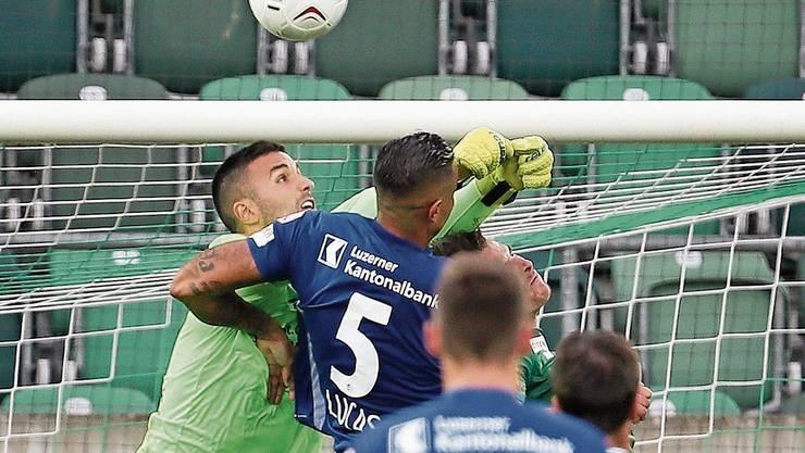 St.-Gallen-Torhüter Dejan Stojanovic trifft den Kopf von Luzerns Lucas Alves.