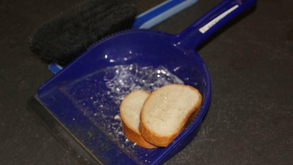 Scherben mit Brot aufputzen