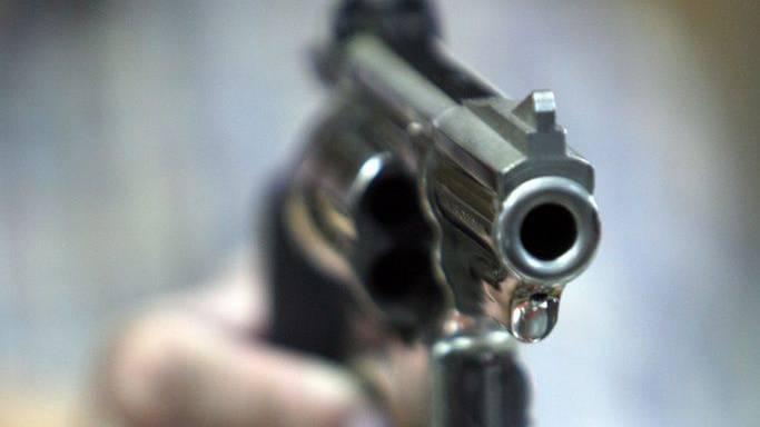 Der Täter richtete seine Pistole auf die Ex-Freudin und drückte insgesamt fünf Mal ab. Der letzte Schuss soll die Frau dann getroffen haben.