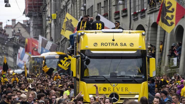 Die Meistermannschaft des BSC Young Boys auf einem Lastwagen in der Berner Altstadt.