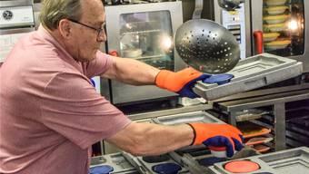 Franz Suter beim Vorbereiten der Transportboxen in der «Rössli»-Küche. Das Essen, welches er abwechselnd mit Christian Lanz zu den Kunden bringt, bleibt darin rund zweieinhalb Stunden lang heiss.