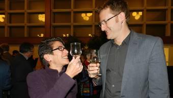 Gemeinderat Arsène Perroud stösst mit Marianne Siegrist Schrott auf ein gutes neues Jahr an. BA