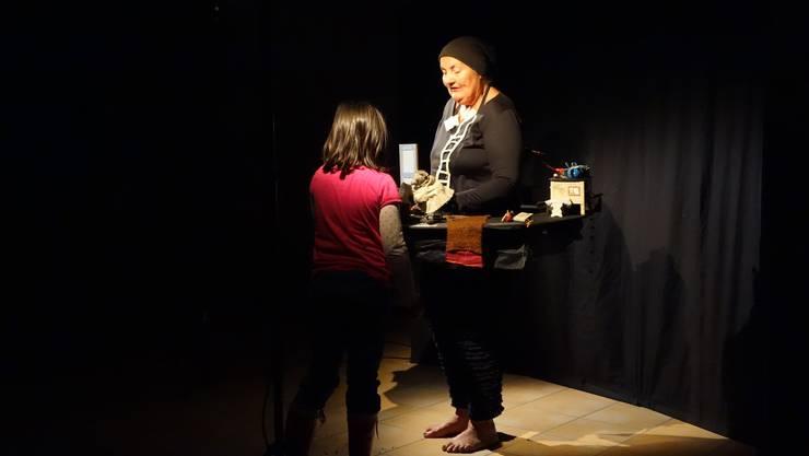 eine Zuschauerin hilft der Puppenspielerin Margrit Gysin bzw. Mimi beim Pflegen von Bär Brumm