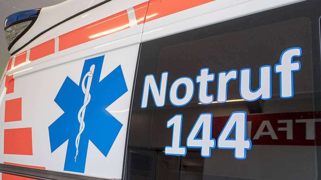 Die Ambulanz brachte einen lebensbedrohlich verletzten E-Bike-Fahrer ins Spital. (Symbolbild)