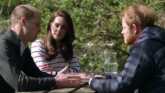 Die Royals beim privaten Gespräch am Gartentisch – mit englischen Untertiteln.