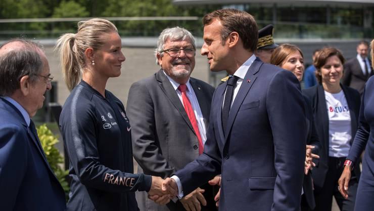 Frankreichs Präsident Emmanuel Macron wünscht seinem Fussball-Star Amandine Henry für die WM viel Glück.