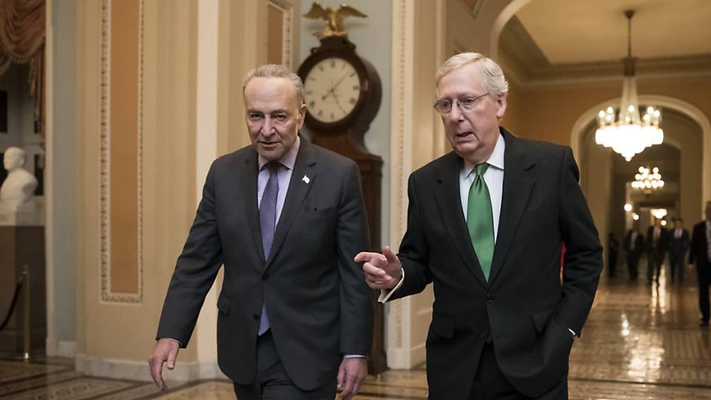 Mitch McConnell, Mehrheitsführer im US-Senat (rechts), und der Chef der demokratischen Minderheit, Chuck Schumer, haben von republikanischen Senatoren einen Brief erhalten. Darin sprechen sich die Senatoren für eine Fortsetzung der Hilfen an Fluggesellschaften aus. (Archivbild)