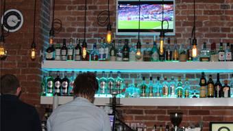 Der einsame Mann an der Bar hat nur Augen für seinen Laptop, dass der Halbfinal zwischen Frankreich und Belgien läuft, interessiert ihn keinen Deut.br