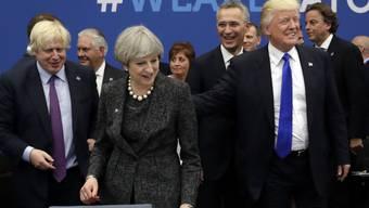 US-Präsident Donald Trump (rechts) hat in einem Interview seine Sympathie für Boris Johnson (links) kundgetan. (Archivbild)