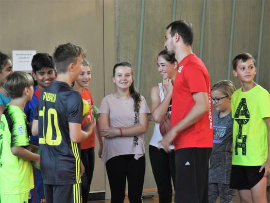Die Handballprofis finden sofort den Draht zur Klasse. Sie wissen genau, wie sie die Kinder motivieren können.
