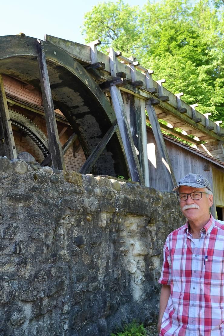 Robert Häfner, Präsident des Vereins Wyssebacher Sagi, zeigt gern den guten Zustand der historischen Säge mit dem beeindruckenden Wasserrad.