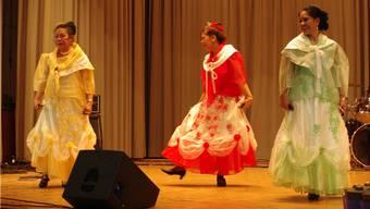 Tänzerinnen der Gruppe Silayan aus Basel auf der Bühne an der Benefizveranstaltung in Sisseln. – Foto: hcw