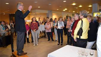 Reussparkdirektor Thomas Peterhans bedankt sich bei «seinen» Freiwilligen für ihren wertvollen Einsatz. Christian Breitschmid