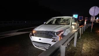 Dieser Ford wird beim Unfall schwer beschädigt.
