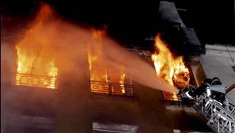 Feuer richtet grossen Sachschaden an Haus in Uitikon ZH an. (Symbolbild)